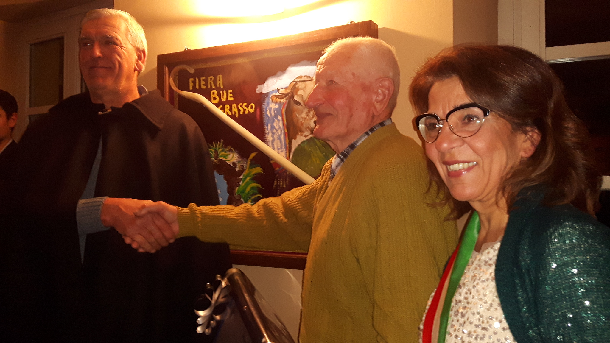 Cerimonia di consegna di un riconoscimento da parte dell'Amministrazione comunale all'87enne Giacomo Vinai di Pianfei (CN) per i 50 anni di onorata attività da tucau.