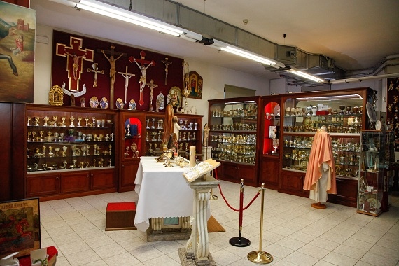 Arte oggetti e paramenti sacri li trovate a san damiano for Arredi sacri